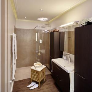 Renoviertes Bad mit Wandverkleidung der Dusche