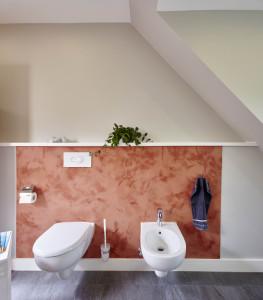 Wandplatte hinter dem WC und Bidet in Englischrot